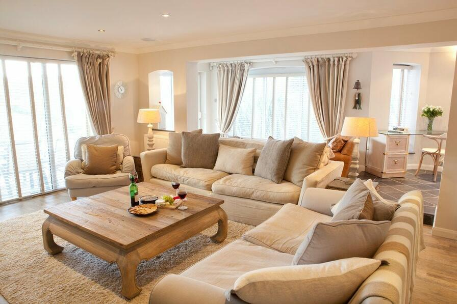 Minimalistická obývacia izba.